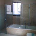 מקלחון פינתי בשילוב מחיצת זכוכית לאמבטיה עם קבוע ודלת מחוסמת