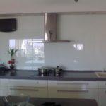 חיפוי זכוכית חלבית למטבח