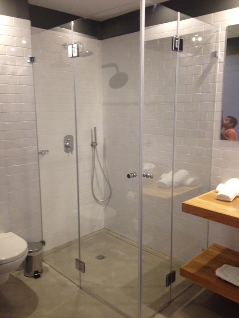 """מקלחון פינתי מזכוכית אקסטרה קליר 8 מ""""מ מחוסמת"""