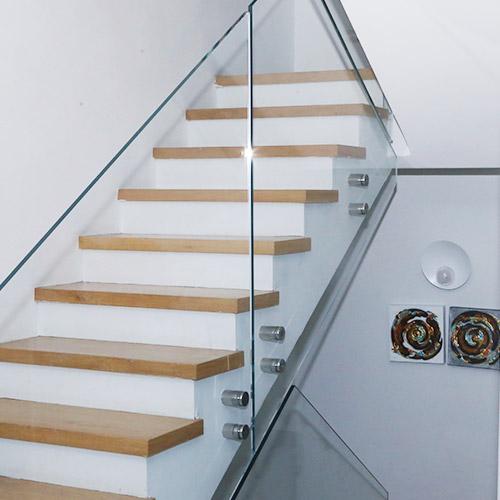 """מעקה זכוכית 15 מ""""מ עם זכוכית מחוסמת מחוברות למדרגות עץ"""