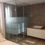 מקלחון עם שני חלקים קבועים וצריבת ריבועים זכוכית מחוסמת
