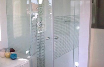 מקלחונים ומשטחי כיור