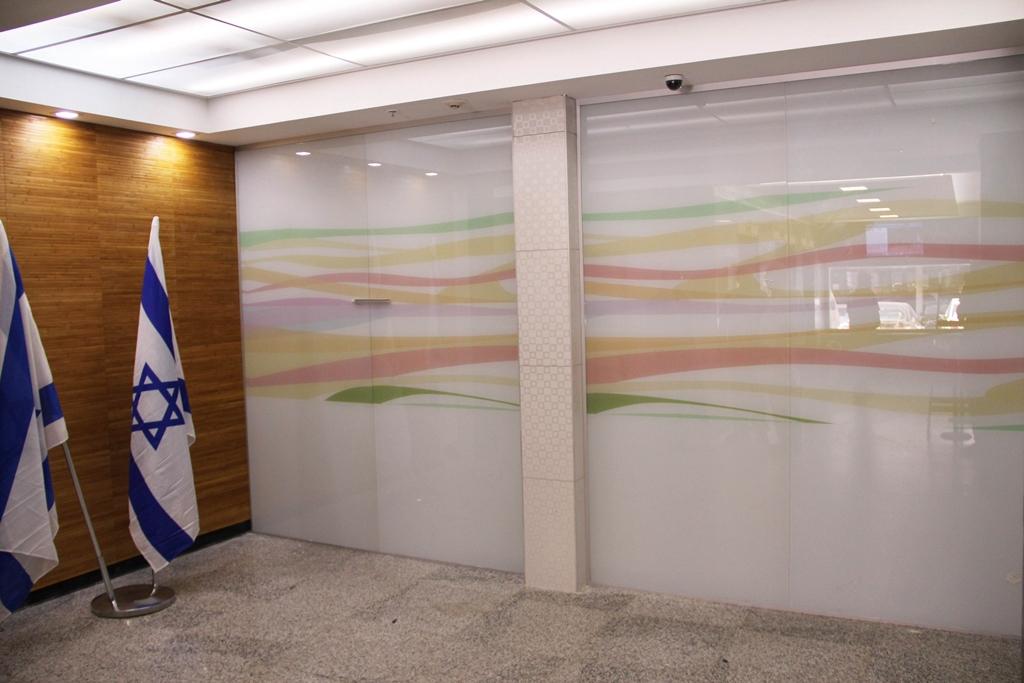 דלת זכוכית למשרד עם הדפס