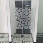 מקלחון זכוכית עם דוגמא