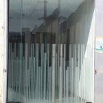 שתי דלתות זכוכית עם עיצוב